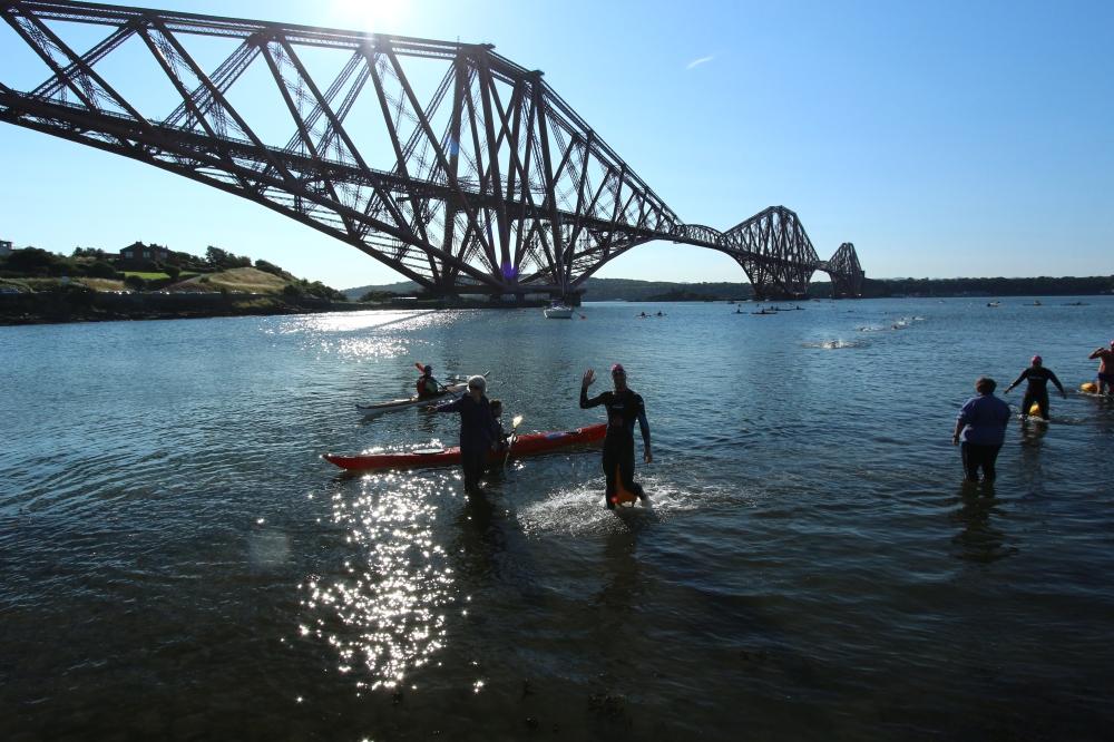 Borja cruzando el puente